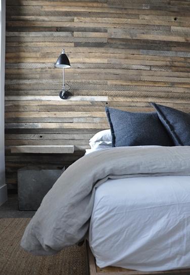 perete_lemn_reciclat_dormitor